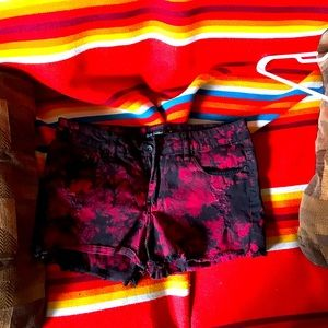 Black and red distressed shorties 🖤❤️